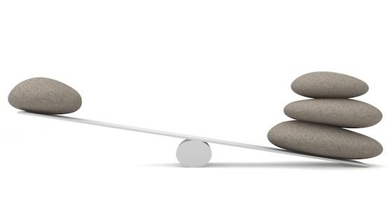 balance avec des pierres qui représente le rôle de régulation de la bourse